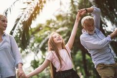 握手的愉快的家庭 免版税库存照片