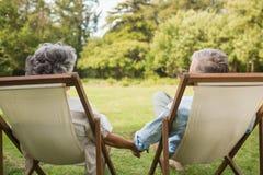 握手的愉快的成熟夫妇 免版税库存图片