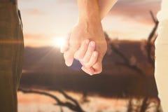 握手的愉快的资深夫妇的综合图象 图库摄影