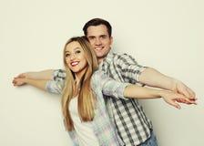 握手的愉快的年轻爱恋的夫妇 免版税库存图片