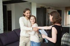握手的房地产开发商在出租房子里结合客户 免版税库存图片