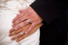 握手的新娘和新郎显示他们的婚戒 库存图片