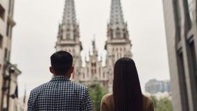 握手的浪漫夫妇走在城市附近 库存照片