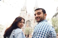握手的浪漫夫妇走在城市附近 免版税库存照片