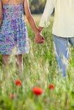 握手的浪漫年轻夫妇在日期 免版税库存图片
