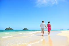 握手的海滩夫妇走在夏威夷 库存图片