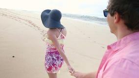 握手的爱恋的年轻白种人夫妇一起走海滩奥阿胡岛夏威夷 股票录像