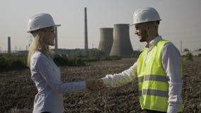 握手的男人和妇女开发商在一个成功的工程学项目以后- 股票视频