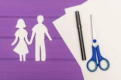 握手的男人和妇女纸剪影  库存图片