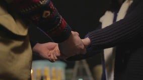 握手的男人和妇女,显示支持和关心,一起面对挑战 股票录像