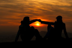 握手的男人和妇女 库存图片