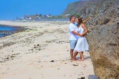 握手的男人&妇女夫妇亲吻在海滩 库存图片