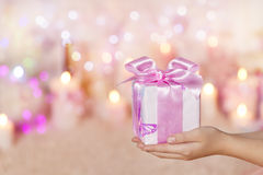 握手的礼物盒,给桃红色礼物,女孩妇女 库存照片