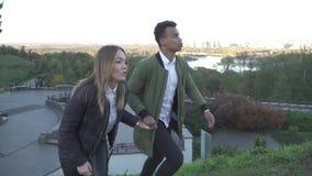 握手的美好的人种间夫妇和攀登小山 股票视频