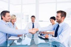 握手的董事在业务会议期间 库存照片