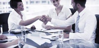 握手的董事在业务会议以后 库存照片