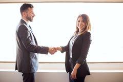 给握手的西班牙商务伙伴 免版税库存照片