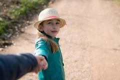 握手的逗人喜爱的女孩在步行期间 免版税库存照片