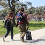 握手的年轻日本夫妇 库存照片