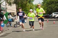 握手的年轻朋友赛跑者 免版税库存照片