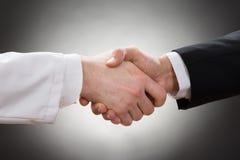 握手的医生和商人 库存照片