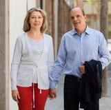握手的年长夫妇,当走时 免版税图库摄影