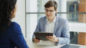 握手的HR男性经理对女性候选人以后有工作面试在现代办公室 股票录像
