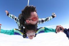 握手的Skydiving一前一后 库存图片