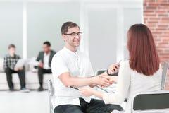 握手经理和客户在关于合同的讨论时 库存图片