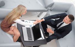 握手经理和客户 库存图片
