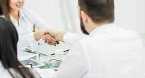 握手经理和客户在签署financ以后 免版税图库摄影