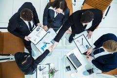 握手经理和财务主任在公司的财政计划的认同以后在工作场所 免版税图库摄影