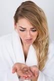 握损失头发的担心的妇女 免版税库存照片
