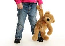 握有玩具熊的小孩手 免版税图库摄影
