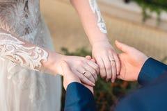 握有环形的爱恋的夫妇现有量 免版税库存图片