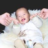 握父母手指的愉快的婴孩 免版税库存图片