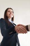 握男性手, v的美丽的微笑的企业夫人画象  免版税库存图片