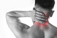 握疼痛脖子的后面年轻肌肉体育人接触按摩子宫颈区域 库存图片