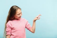 握真正对象串手的微笑的女孩 免版税库存图片
