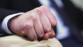 握紧入拳头的一只男性手的特写镜头 影视素材