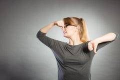 握鼻子的讨厌的女孩 免版税库存图片