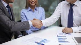 握他们的手的两个商人 股票录像