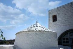 揭示洞的圆顶在patmos海岛希腊 免版税图库摄影