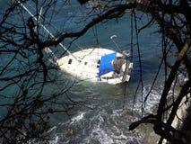 搁浅一条游艇在一块礁石在加勒比 影视素材