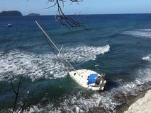 搁浅一条游艇在一块礁石在加勒比 股票录像