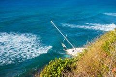 搁浅一条游艇在一块礁石在加勒比 免版税库存照片