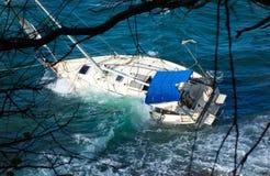 搁浅一条游艇在一块礁石在加勒比 库存照片
