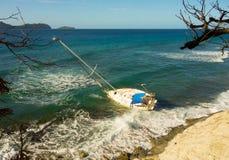 搁浅一条游艇在一块礁石在加勒比 免版税库存图片