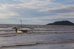 搁浅在低潮海的水手一条小船日落的 库存图片