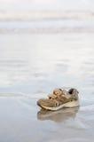 搁浅的儿童体育鞋子 库存图片